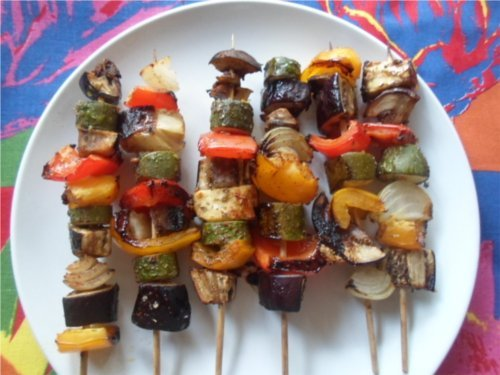 Add colour to your vegan braai dishes with a few colourful vegetable kebabs. Photo © Mel 'Simple Vegan Cooking'.
